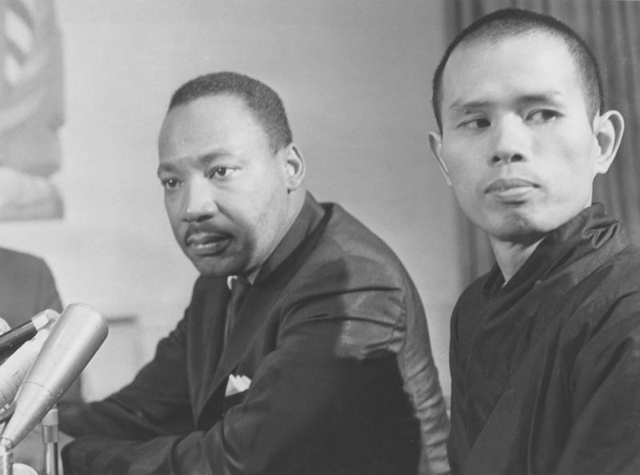 Thiền sư Thích Nhất Hạnh bên cạnh mục sư Martin Luther King. Ảnh chụp năm 1966. (Ảnh: Plum Village)