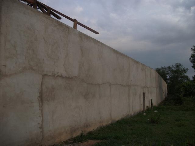 Bức tường thành trải dài bao quanh gần hết 7.000m2 diện tích khu đất này.