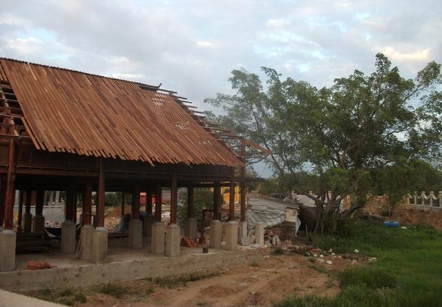 Một mái đình đang thi công đã bị bỏ dở vì chờ giải quyết. Phía gian này chỉ vừa xây dựng căn bản bởi thiếu vật liệu.