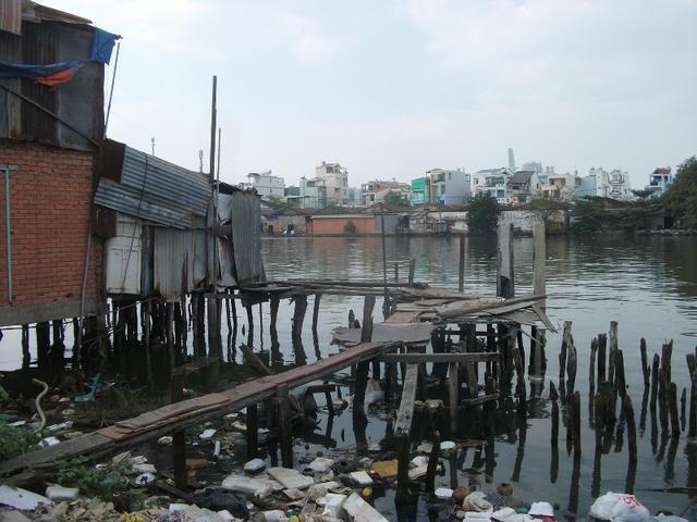 Đứng trên cầu kênh Tẻ (quận 4) dễ dàng để quan sát dọc theo con kênh này là hàng dài các căn nhà ổ chuột, ven kênh trông nhếch nhác. Tình trạng này đang diễn ra tại nhiều kênh, rạch trên địa bàn thành phố.