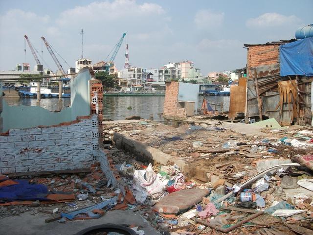 Sau khi một số nhà tháo dỡ, dời đi nơi khác, đoạn đường Trần Xuân Soạn cặp theo mé kênh Đôi càng lộ ra vẻ nham nhở, sập sệ, nhiều nơi rác thải vứt lại bừa bộn, dập dềnh.