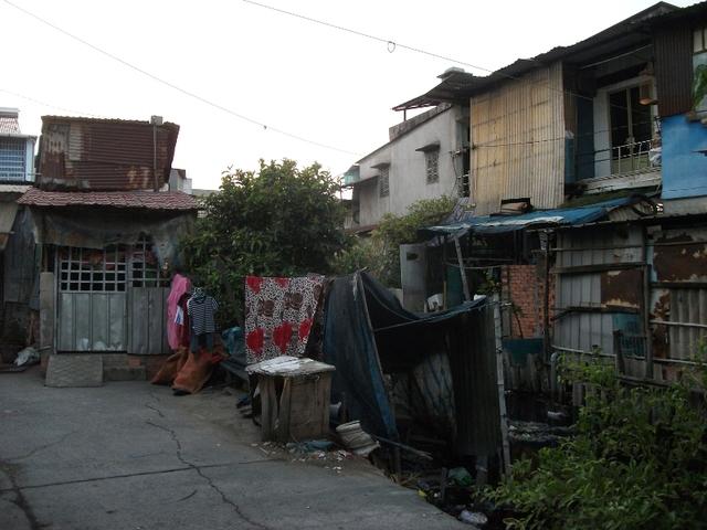 Những ngôi nhà nằm lấn ra cả lòng kênh, rạch. Hiện trạng lấp kênh, rạch làm nhà vẫn tiếp diễn tại một số quận - huyện do người dân chờ nhận tiền đền bù và nhà tái định cư quá lâu.