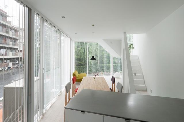 Hướng nhìn từ bếp ra không gian ăn ống và sinh hoạt.
