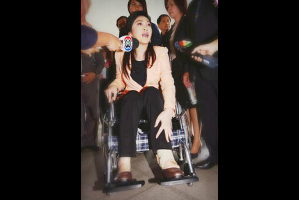 Nữ thủ tướng Thái họp nội các trên xe lăn