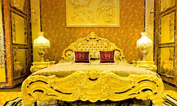 Mốt chơi giường ghế dát vàng ở Sài Gòn