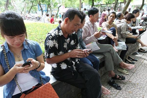Smartphone đã thay sách báo... khi phụ huynh chờ con thi đại học