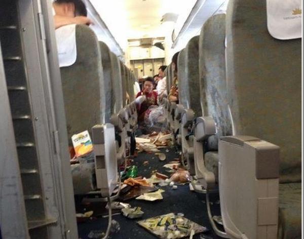 Bên trong máy bay Vietnam Airlines rơi 'tự do' 200m trên không