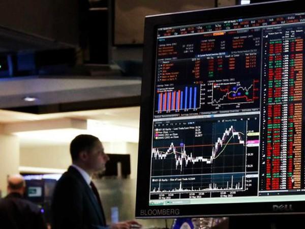 Bloomberg sa thải hàng trăm nhân viên, nhà báo: Do hết tiền?