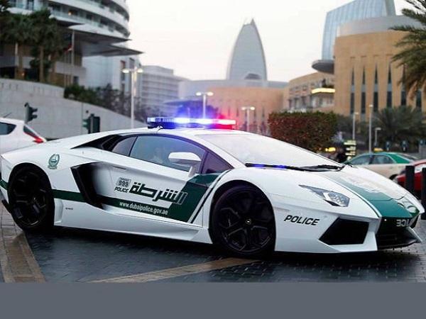Nữ cảnh sát Dubai được trang bị siêu xe Ferrari