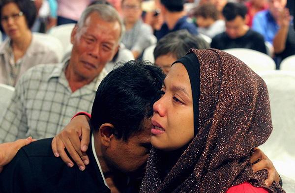 [MH370] Những bức ảnh cảm động cầu nguyện cho các nạn nhân trên máy bay Malaysia