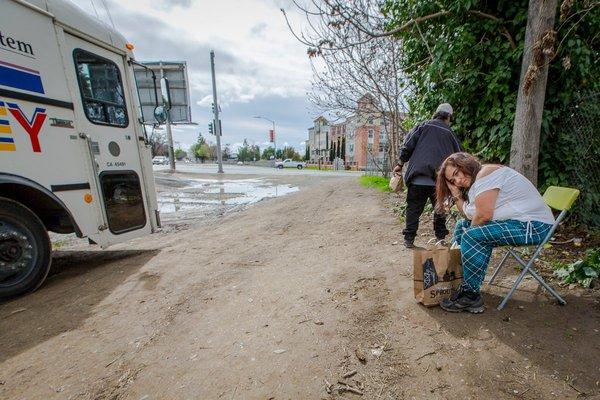 Các văn phòng địa phương gửi những đội y tế tới đây hàng tuần để điều trị cho các bệnh nhận trong vùng trên xe lưu động nhưng nhu cầu không bao giờ kết thúc.