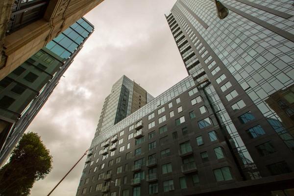 Kèm theo đó cũng là sự bùng nổ của thị trường nhà đất với việc mọc lên của hàng loạt công trình xây dựng hạng sang như chung cư cao cấp NEMA tại San Francisco.