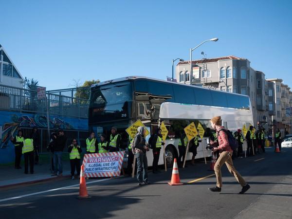 Điều này cũng phần nào giải thích về các cuộc biểu tình diễn ra xung quanh những chiếc xe bus của Google.