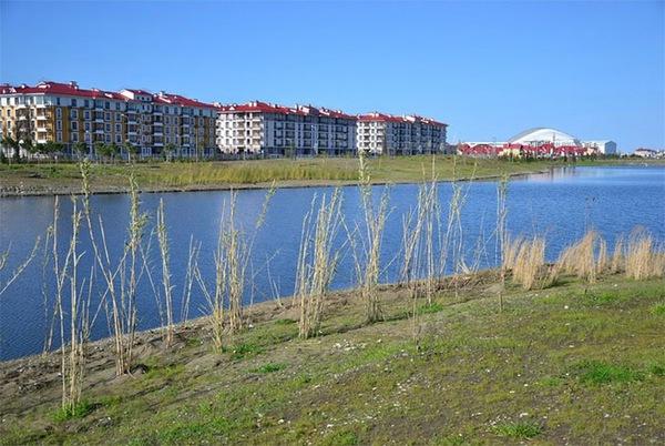 Làng Olympic, với sân vận động Fisht - nơi diễn ra lễ khai mạc và bế mạc Thế vận hội - ở phía sau.