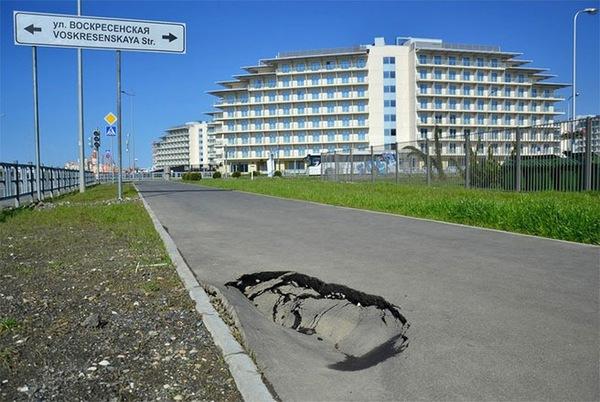"""Đường mới xây nhưng đã có """"ổ voi""""."""