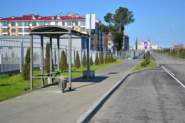 Một trạm dừng xe bus bên công viên chủ đề còn đang dang dở.