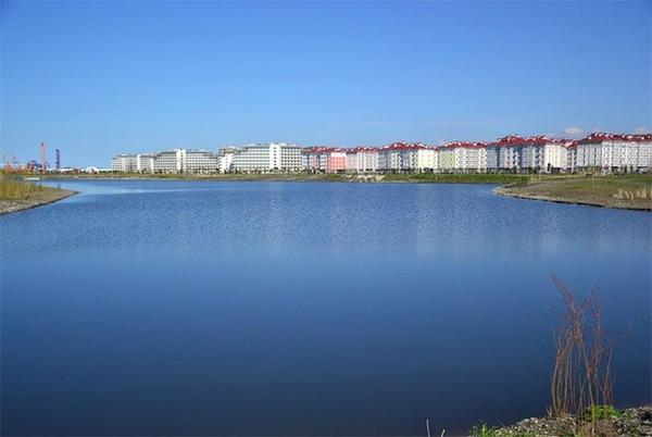 Làng Olympic ở Sochi nhìn từ xa.