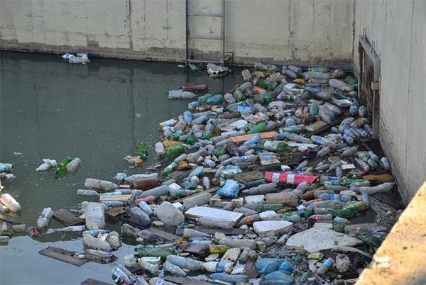 Rác rưởi chất đống dưới một con kênh thoát nước.