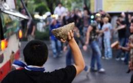 """Tòa nhà cảnh sát bị tấn công, thủ tướng Thái Lan """"biến mất"""""""