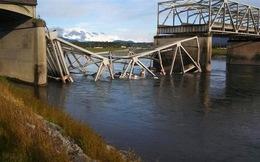 Sập cầu ở Mỹ, nhiều người, xe hơi rơi xuống sông