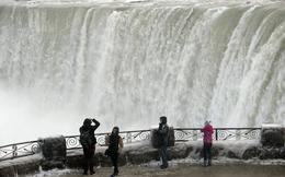 Hình ảnh ngoạn mục của một thác nước đóng băng ở Mỹ
