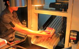 McDonald's Bến Thành dùng băng chuyền mang đồ ăn cho khách