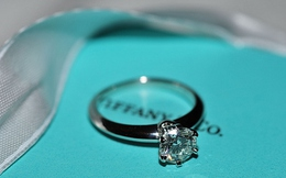 Khi siêu thị tạp hóa bán nhẫn kim cương xa xỉ Tiffany