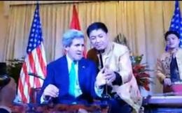 'Sốt' video Ngoại trưởng Mỹ Kerry chơi đàn bầu