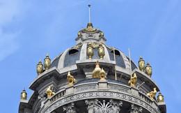 Lâu đài gắn 6 con gà dát vàng ở Hà Nội
