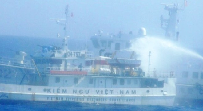 Tàu Trung Quốc lại dùng vòi rồng tấn công Cảnh sát Biển Việt Nam